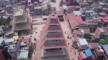 nepal : Towering ancient Nyatapola Temple pagoda on Taumadhi Square, Bhaktapur, Nepal Stock Footage