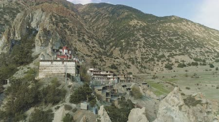 himalája : Drone fly above harsh crests cliffs to secluded highland Braga monastery, Nepal Stock mozgókép