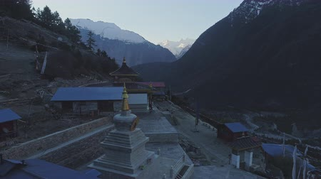 himalája : Twilight panorama near Upper Pisang temple, river valley, snow mountain peak