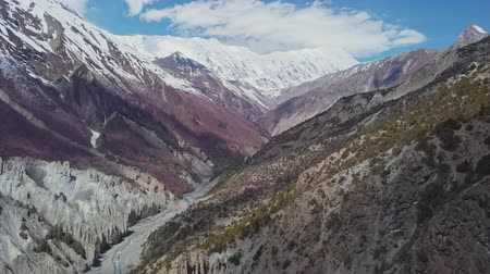 altitude : Red pagoda roof, stunning mountain valley, snowy Tilicho Peak at horizon, Nepal Stock Footage