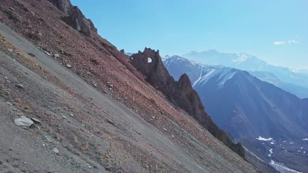çabaları : Highland scree slope, incredible crest cliff with round hole, tourists trekking Stok Video