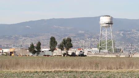 komar : Raised water tank in a poor town in the outskirts of Mexico City CA 2014 Wideo