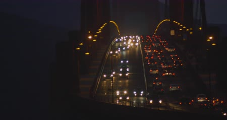 pomost : Traffic on rush hour at the Golden Gate Bridge in San Francisco by night wide shot