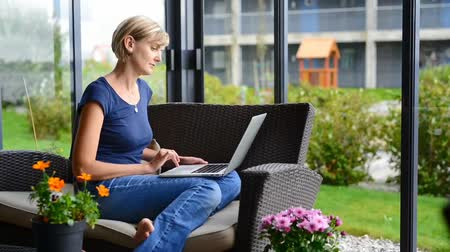 uczenie się : Young woman sitting on the terrace with laptop working