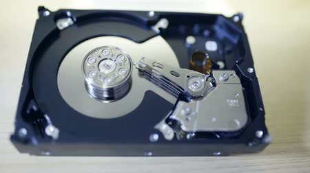 capa dura : Internals of SATA hard disk drive, shallow depth of field, sliding video Vídeos