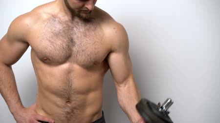 üstsüz : Slow motion closeup video of a shirtless muscular man training biceps with dumbbell Stok Video