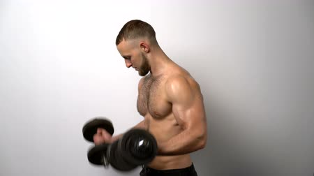 üstsüz : Profile view of shirtless muscular man training biceps with dumbbell