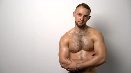 üstsüz : Shirtless muscular man standing with folded hands looking at camera gesturing thumb up