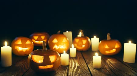 vigyorgó : Halloween pumpkins on weathered wooden planks, sliding video