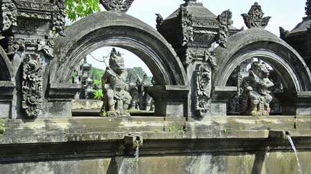 tapınaklar : fountains in an historic indonesian public bath, Bali  Stok Video