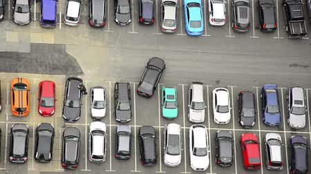 szukanie : many cars parking and driving or searching for parking place in a city. Wideo