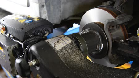 ремонтировать : Machine turning car brake, Auto machine grinding the brakes car.