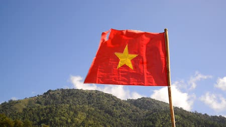 voluntário : Vietnam Flag waving on hill Stock Footage