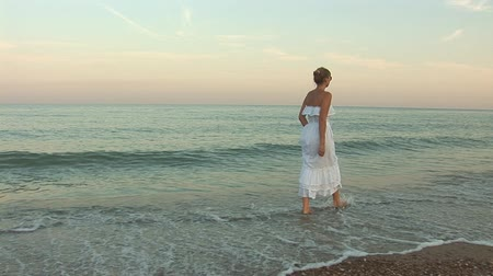 giydirmek : woman in white dress walking on the waves Stok Video
