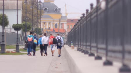 juventude : group of young people walking along the promenade Vídeos