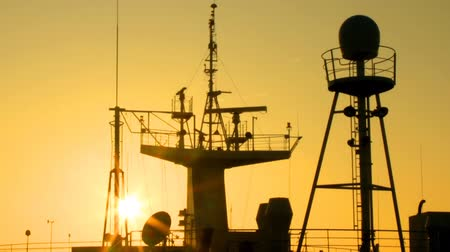 навигацион судно : sun at dawn illuminates the ship masts and superstructure