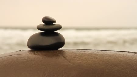 исцелять : Zen stones on a coast