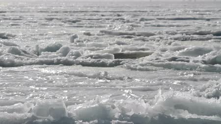 Антарктика : cracks in the sea ice on the shelf