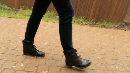 cruzamento : female in black shoes and jeans Stock Footage