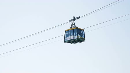 электрический : Sochi, Russia - April 26: descent of tourists on a small cable car in the mountains in the European day of languages on Apri 26, 2017 Стоковые видеозаписи