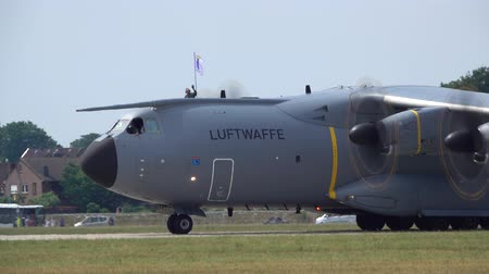bundeswehr : Wunstorf, Germany - June 09, 2018: Bundeswehr Open Day on air base Wunstorf. Airbus A400M four-engine turboprop military transport aircraft demonstration flight Stock Footage