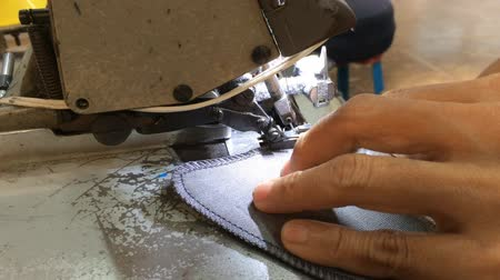fabricação : stitching on textile with overlock sewing machine
