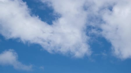 meteorologia : White clouds in the blue sky background. Timelaps Stock Footage