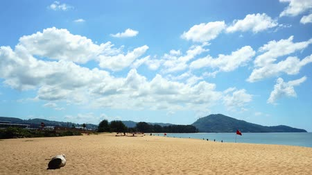 fotoğrafçı : Passenger airplane landing over sea in summer season at mai khao beach Phuket Thailand Stok Video