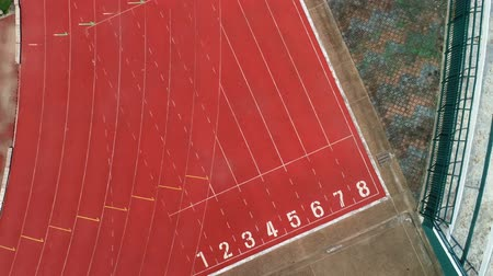 stopy : Race track or athletics track start line with lane numbers in stadium Top view Drone shot high angle view Dostupné videozáznamy