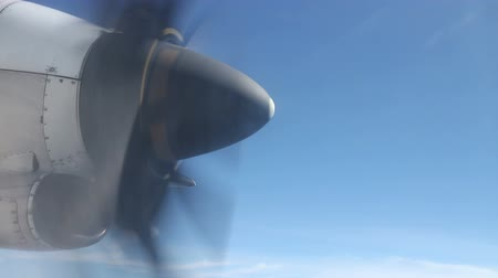 авиация : Closeup propeller from airplane window Стоковые видеозаписи