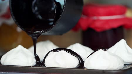 édesség : pouring chocolate on meringues super slow motion