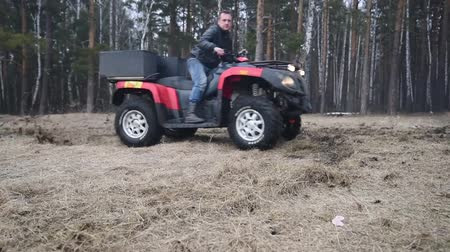 quadbike : Riding a quad bike in the mud Stock Footage