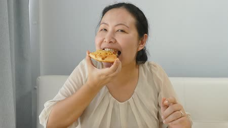 жир : Fat Asian woman eating a slice of pizza