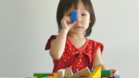 przedszkole : Little asian girl playing with wood blocks on table Wideo
