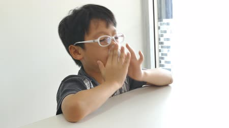 alerji : Young Asian boy wipes his snot by tissue paper