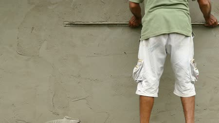 Construction Worker Leveling Cement Render. Cement Rendering on Brick Wall. Wideo