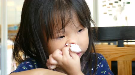 tecido : Little asian girl wipe bleeding nose by tissue paper