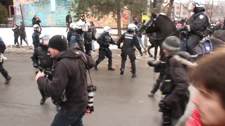 насилие : Riot officer uses baton to push away protesters - HD 1080p - Riot police officers in low numbers are taken over and clash and battle with protesters with mounted police.