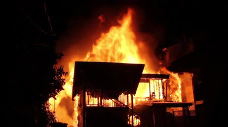 сжигание : Fully involved house fire with two exposures Home fully involved in an intense blaze with flames shooting and spreading to adjacent houses with burning exposure.
