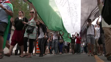 filistin : View under large Palestine flag during protest Underneath view of large Palestine flag carried by protesters during a protest