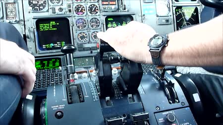 letadlo : Commercial airplane pilots hand pushing thrust during take off  - Commercial license no logo no face