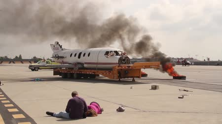 samoloty : Airplane crash reenactment with damaged plane and fire  - Commercial license no logo no face Wideo