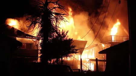 сжигание : 3 houses burning side by side in residential neighborhood at night  - Commercial license no logo no face