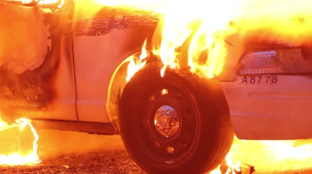 ardente : Closeup of car tire burning with melting rubber in flames  - Commercial license no logo no face Vídeos