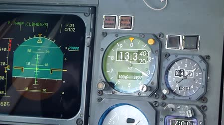 индикатор : Commercial aircraft altimeter showing altitude increase  - Commercial license no logo no face