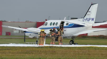 яма : 4K UHD - Emergency crews taking fake victim out of airplane with foam