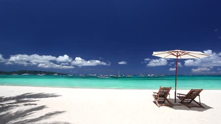 cadeira : Sun umbrellas and beach chairs on tropical coast, Philippines, Boracay