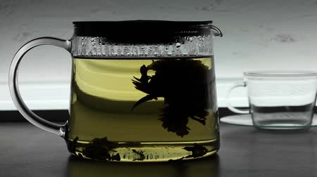 yasemin : Chinese green tea poured into glass teapot Stok Video