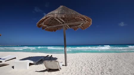 kulübe : Caribbean beach with grass umbrellas and wooden beds. Vacation concept Stok Video