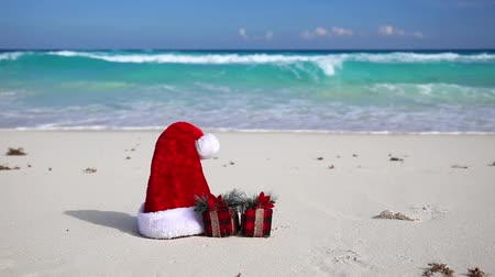 tempo de natal : Santa Hat and present box on caribbean beach
